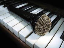 microfoon-op-pianosleutels-16703391